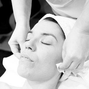 mujer joven recibiendo un tratamiento facial natural
