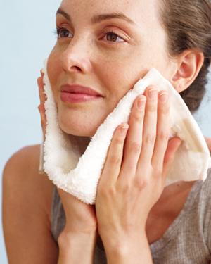 mujer secando la cara con toalla