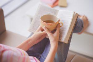bebiendo te con un libro