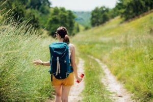 mujer paseando por el campo