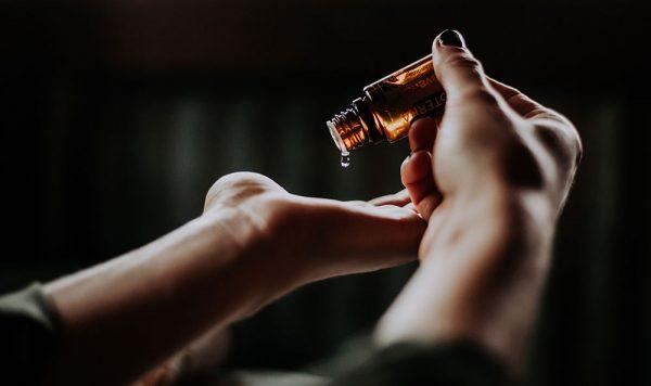 gota de aceite esencial en mano