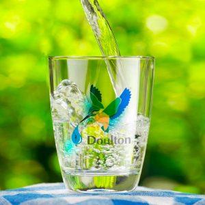 vaso de cristal con agua filtrada doulton
