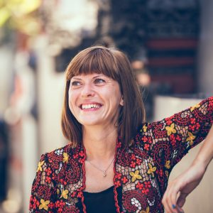 mujer alrededor de los 50 sonriendo