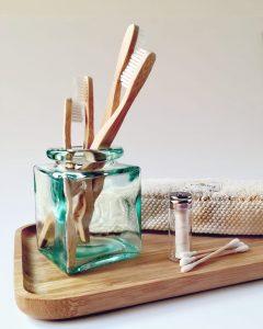 cepillos de bambu en frasco de cristal transparente y seda dental zero waste