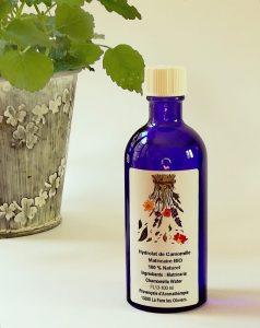 hidrolato de manzanilla en botella de cristal azul