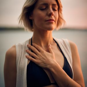 mujer con los ojos cerrados y la mano en el pecho